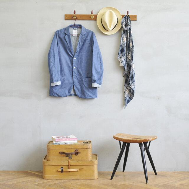 普段使いの服やバッグをかけたり、帽子やストールをかけたりして見せる収納にぴったりな、4連のコートフックです。