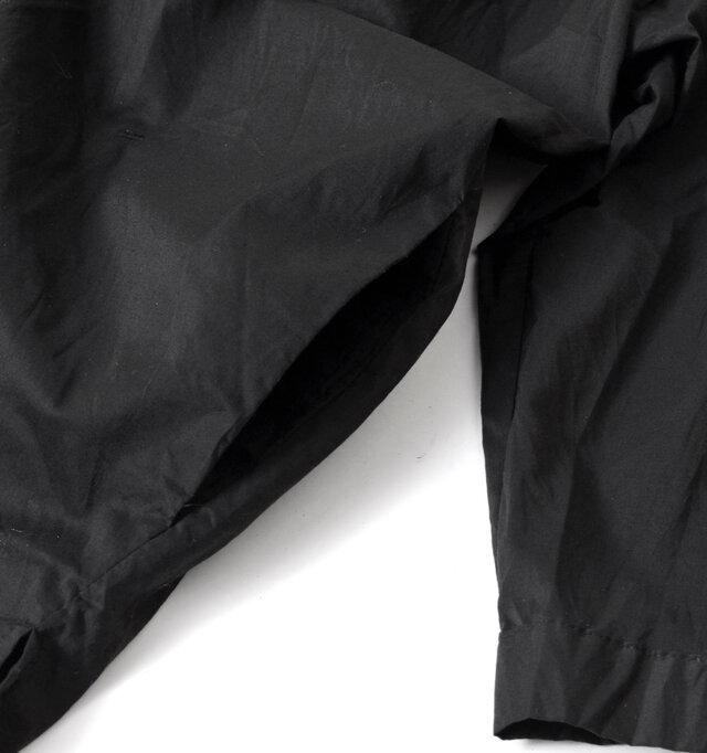 両サイドにはポケットも完備し機能面も充実。