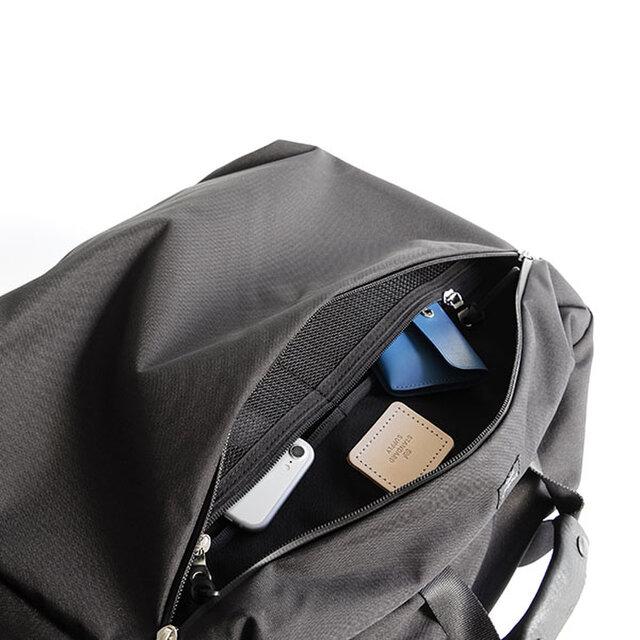 フロントポケット内にはジップポケットが2個付いており、バックパックでの使用時もきれいに、使い易くなっています