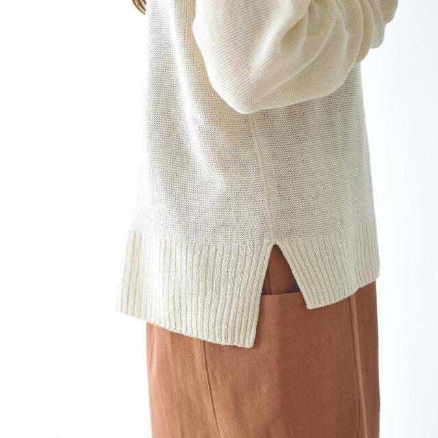 袖口と裾は太めのリブ編み。両サイドに入った長めのスリットがデザインのポイントになっています。