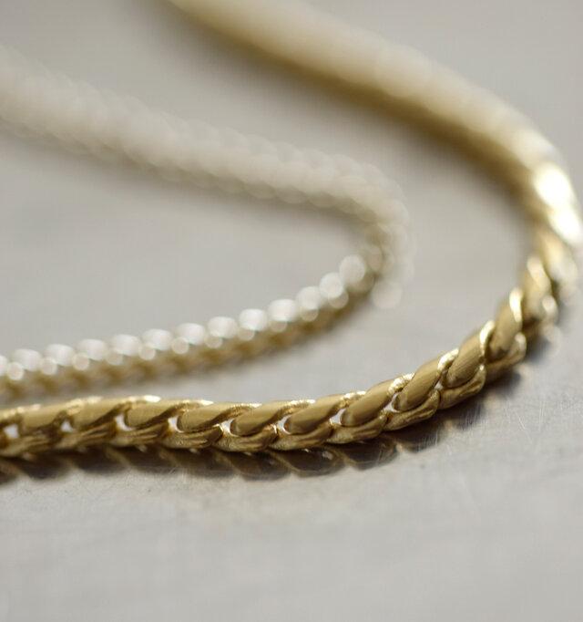 しなやかに動く1mm幅のゴールドチェーンはロープ風のシャープなデザインです。