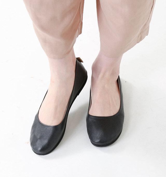 スリムなフォルムで軽い履き心地のバレエシューズ。甲高や足幅の広い方も安心して履いていただけます。