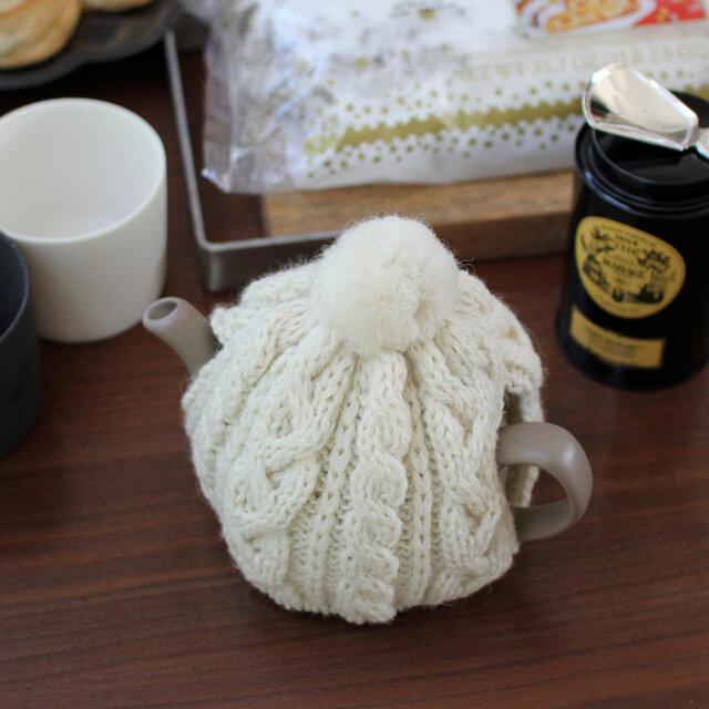 同じくイギリスのニットブランドである、「Highland(ハイランド)2000」のティーポットカバーと 合わせて使うのもおすすめ。2カップ用、6カップ用のそれぞれのティーポットにぴったりのサイズに編み上げられた2サイズをご用意。たっぷりの紅茶も冷めにくく、テーブルをあたたかな雰囲気で包んでくれます。 ※ティーポットカバーは別売りです