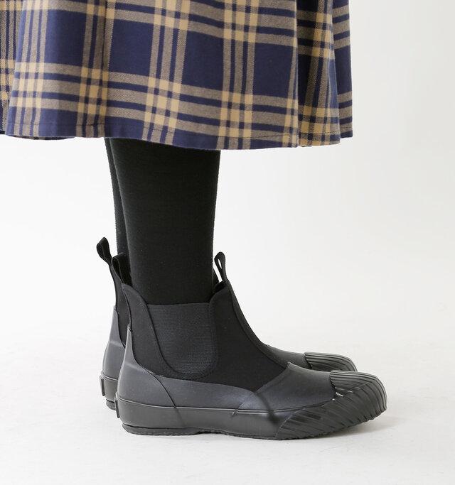 つま先からサイド・かかとにかけてラバー素材でぐるりと覆ったデザイン。そのため雨の日に水が染みにくく、泥跳ねなどがあっても汚れを落としやすい素材ですので、気兼ねなく履いていただけます。