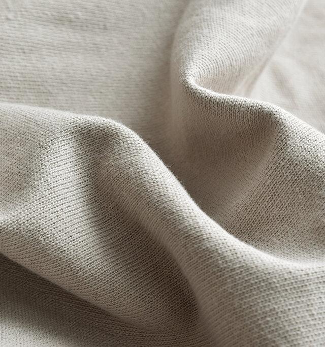 細かな編み目がきゅっと詰まった、上品な風合いに仕立てられています。洗うたびに肌馴染みのいい生地感になるので、袖を通すたびに愛着が沸いてきます。