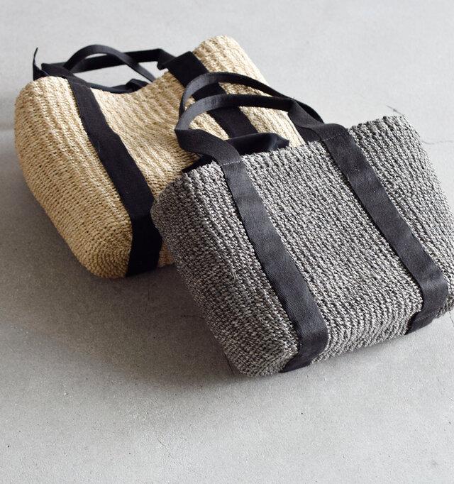 たっぷりマチ幅が嬉しい、便利で可愛いカゴバッグ。 ナチュラルでしなやかな天然素材優しい風合いで、それでいて上品さも漂います。 荷物と一緒にうきうきとした気持ちもつめこんで、お出かけしたくなるバッグです。