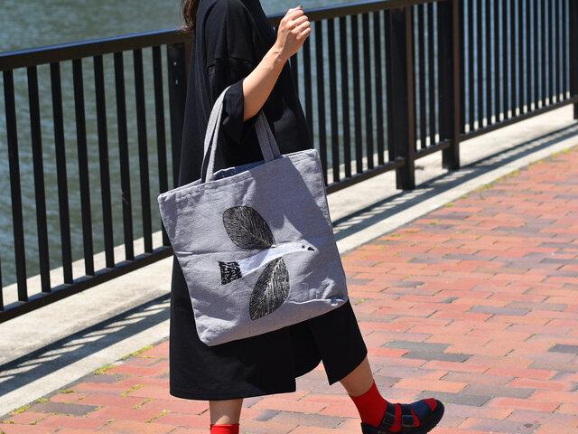 くたっとしたカジュアルなトートバッグは、シンプルなコーディネートにサッと持つだけで、こなれた雰囲気を作ってくれます。
