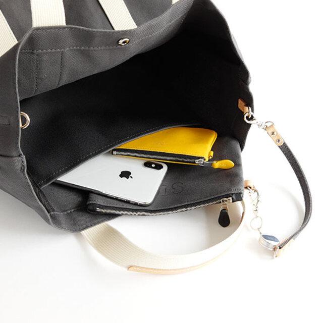 内装ポケットには付属のポーチも入り、頻繁に出し入れするものを入れておくのも便利です。