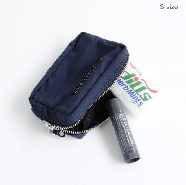 手のひらサイズのSサイズ。中にカードを仕切れるポケットがあるので、フェスなどで簡易のお財布として使うこともできます。カードサイズなので、お財布とは別にカード類だけをまとめて持ちたい方にもおすすめです。内側1カ所にしきりポケット付き。