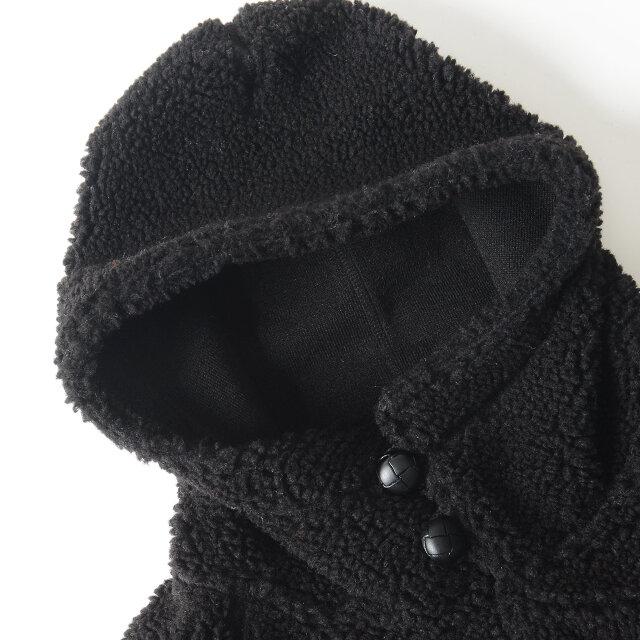 襟元からフードにかけてたっぷりとボリュームを取り、暖かく、キュートな印象に。 ツヤ感のあるクルミボタンが落ち着いた印象と季節感をプラスします。