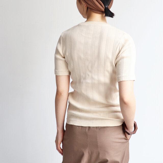 非常に柔らかく、伸縮性のある肌触りの良いオリジナルファブリック。 一枚で着用しても安心感のある、しっかりとしたウェイトが特徴です。