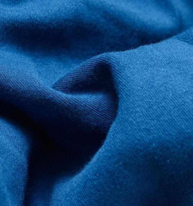 適度な伸縮性があり、肌触りの良いコットン100%のスムース素材を採用しています。