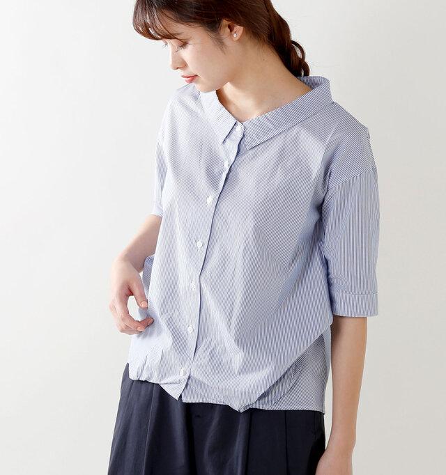 襟は立ち上がった立体的な形で、デコルテを美しく見せる大きめの開きがポイント。 裾から脇下に繋がるような、変形タックを施し、ふんわりとしたシルエットが愛らしいスタイル。 サイズが全体的にゆったりめなのも嬉しい♪