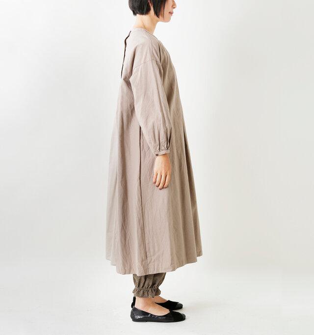 身幅・袖幅ともにゆったりとしたリラックス感のあるサイジングです。気になる腕や腰回りを優しくカバーしてくれます。