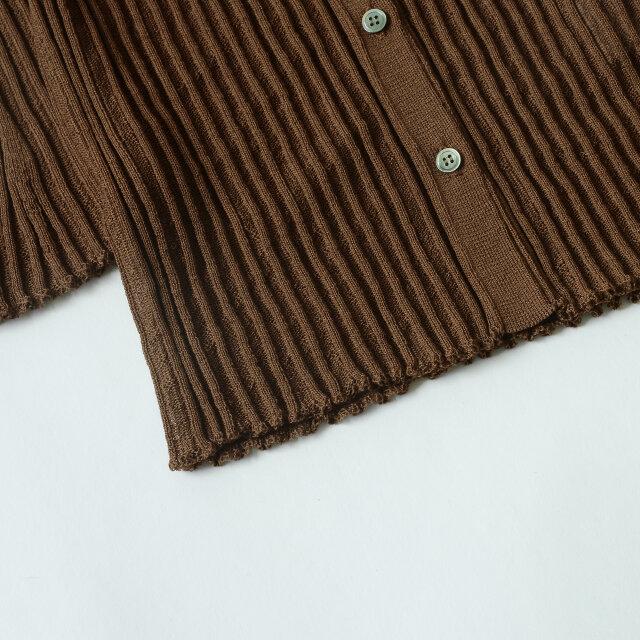 ボタンには高級シャツなどに使われる貝ボタンを使用した贅沢仕様。