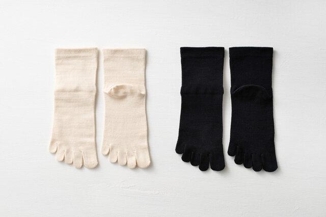 カラーは生成りと黒。5本指ソックスはMとLの2サイズ展開、5本指スニーカーソックスはMサイズのみです。