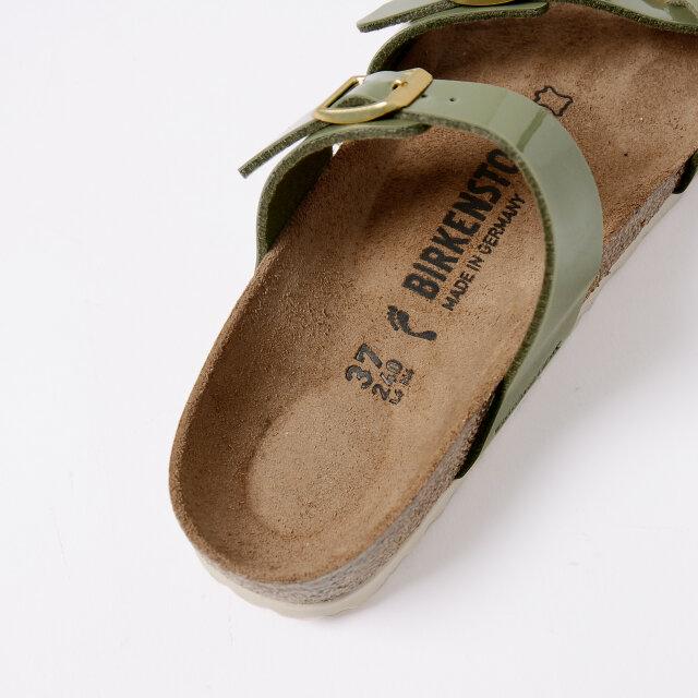 足の自然な形状を考慮した、「BIRKENSTOCK」が誇る特製フットベッドが足への負担を軽減。 やみつきになる履き心地を提供してくれます。