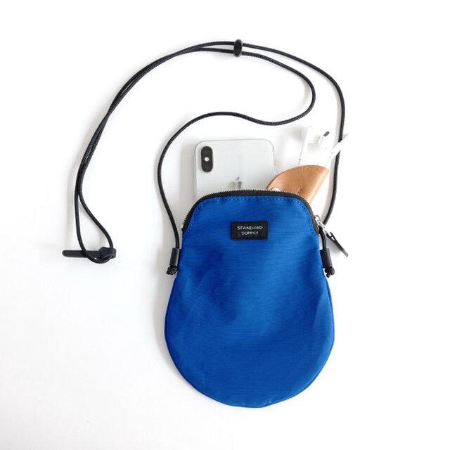 iPhone 7 , iPhone 8 , iPhone Xと、コンパクトな財布やカードケースなどがちょうど入る大きさです。