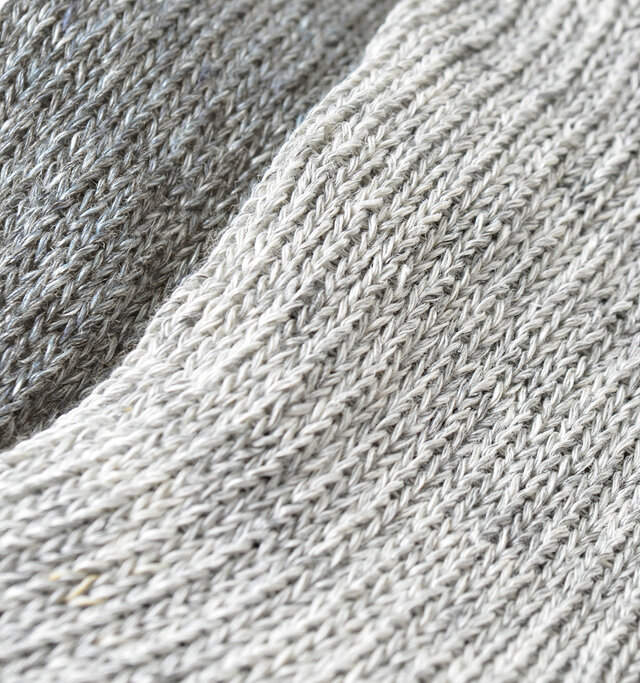 シャリ感があるリネンと柔らかいコットンの混紡素材は、清涼感のある肌ざわりで履き心地良くお使いいただけます。