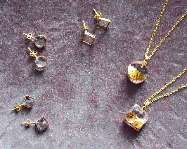 兵庫県篠山市福住にあるガラス工房で、一点一点手作業で制作された「ガラス×金彩」のアクセサリーコレクション。同シリーズのネックレスやピアスとセットでの着用もおすすめです。