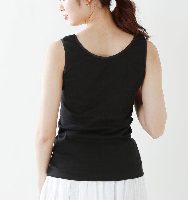 バックスタイルはスッキリとした、シンプルなデザインに。丸胴編みという特殊な編み方により脇部分に縫い目がないため、着用時にストレスがありません。