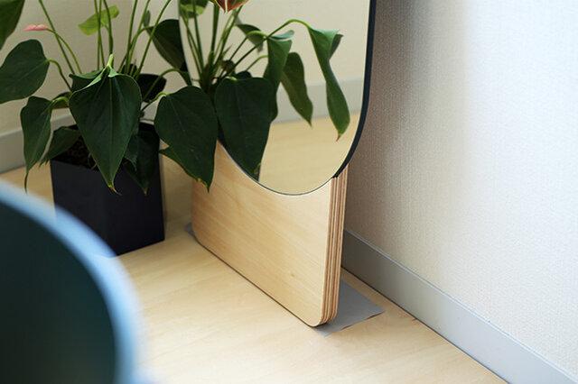 STANDING MIRRORはその名の通り、壁に立てかけて使用する姿見。 そのため、滑って倒れてしまうことのないように充分な注意が必要です。 設置は平らな場所で、木の土台部分を壁から10cm前後離し壁に寄りかかるように立てかけてください。 ミラーの付属品には幅10cmの細長い滑り止めシートがありますので、 フローリング等の滑りやすい床面でご使用の場合は必ずこの滑り止めシートをご使用くださいね。 ※小さなお子さまがいらっしゃる場合は充分にご注意ください。