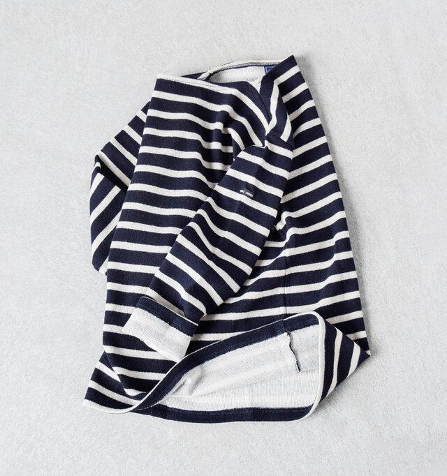 世界中の人から愛されるSAINT JAMESの代表モデル<OUESSANT(ウエッソン)>。 人気の形はそのままに、秋冬仕様のセーターにデザインしました。 表地に圧縮ウール、裏地にスムースコットンを使用し、温かく優しい肌ざわり。 セーターなのに軽くかさばらないので重ね着にぴったり。 定番アイテムが季節を越えて着られるのは嬉しいですね。