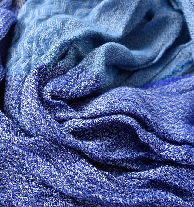 生地はフランス・サンエティエンヌにあるメーカーのものを使用し、生産の全行程を自社で行っている徹底振り。肌触りの良い生地感なので、ストレスフリーで着用いただけます。 カラーはそれぞれ豊かな色合いをみせる3色をご用意しています。