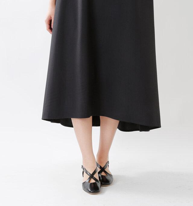 後ろに向かって裾が長くなる、ゆるやかなフィッシュテールデザイン。足のラインを華奢に見せてくれる効果が嬉しいですね。