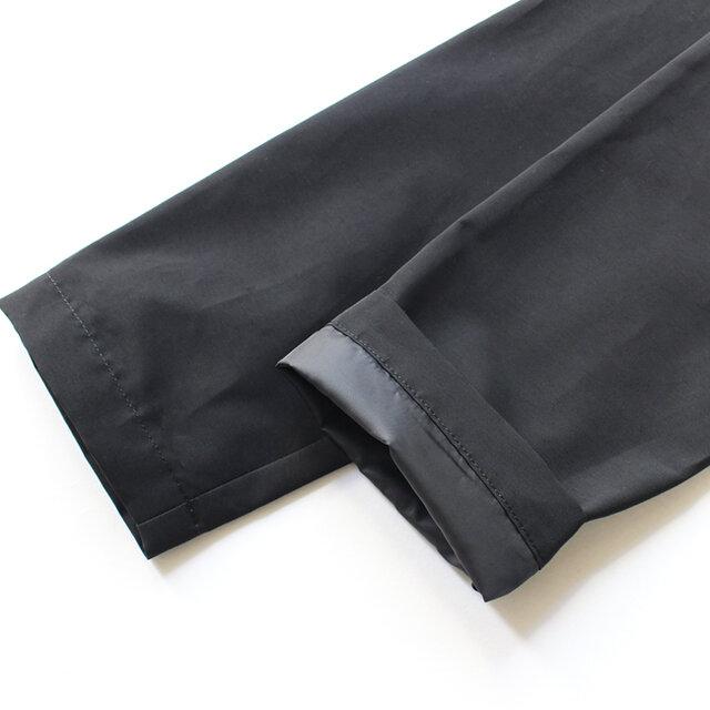 裏地はお袖の先までしっかり備えて。ニットやスウェットなどを中に着ても袖通しがスムーズにおこなえます。