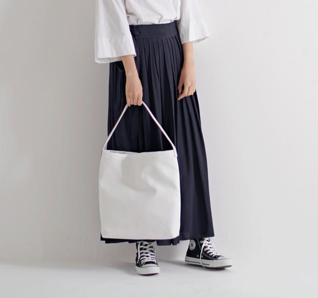 きれい目はもちろん、カジュアルな装いも品よくクラスアップしてくれる鞄です。