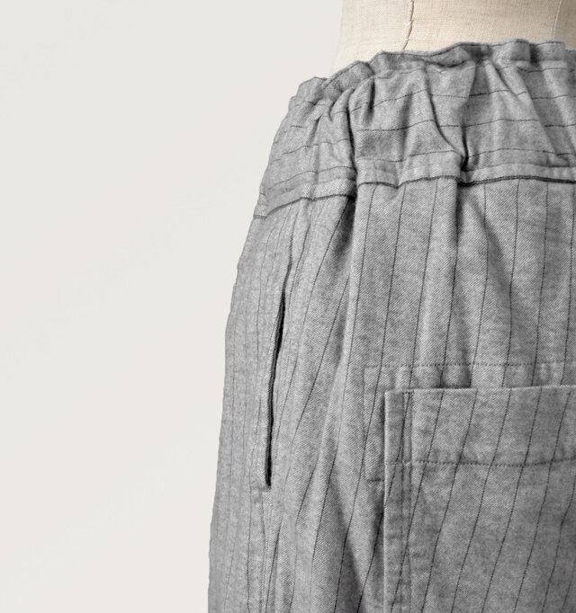 サイドにもタテのラインに沿ったポケットを配置。