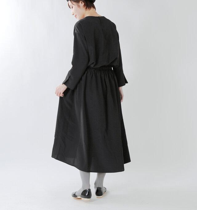 たっぷりの生地を使用しているので裾に向かってふわりとフレアが広がり、動くたびにとても優雅。 とろみのある生地のため広がりすぎず、独特の落ち感があるのも特徴的です。