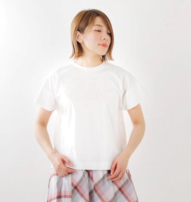 ゆったりとしたワイド幅のTシャツ。シンプルなデザインで着回しのきくアイテムです。