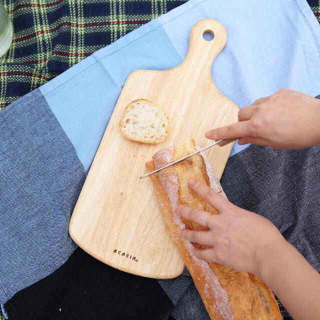 (M)  バゲットやチーズ、ハムなどちょっとしたものを切るのに便利なサイズ。切ってそのままお皿として使えるカッティングボードは一枚あると本当に便利です。