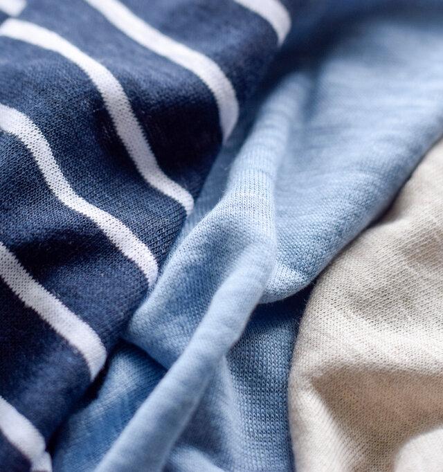 リネンの名産地、ベルギーで育てられた上質なリネンを厳選し、生地にしています。リネン特有のネップやムラ感がやさしく温かみのあるナチュラルな風合いをもち、リラックス感溢れる表情をみせてくれます。薄手で甘く織り上げているため通気性もバツグン。リネンの先入観を覆すほどなめらかで気持ち良い肌ざわり。プリミエルリネンの特別感が感じられる一枚です。