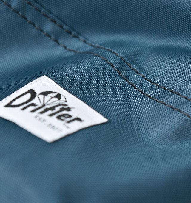 420デニールパッククロスナイロンを使用。アウトドアの製品やバッグによく使われる素材で、強度があり軽いのが特徴。