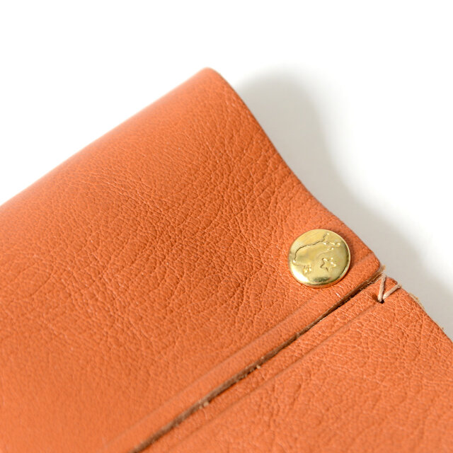 お馴染みのバッファローロゴの刻印と、アンティークゴールドのボタンが高級感を演出。