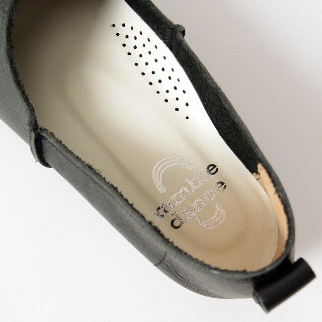 足が疲れにくい、クッションの効いたインソール。 内側に無数の通気穴をあけることでムレにくく、爽快な履き心地を叶えます。