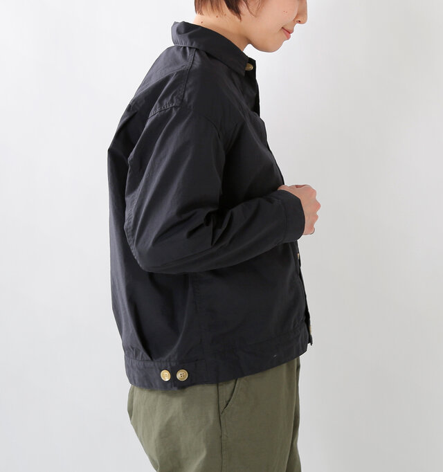 やや肩が落ちるデザインで、抜け感のある雰囲気に。ゆったりとした身幅でラクチンな着心地です。 裾にはサイズ調整ができるボタン付き。