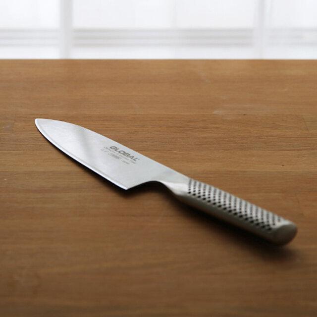 """日本の万能包丁と言われている「三徳包丁」。牛刀よりもすこし丸みがある刃先です。 こちらは、刃先とまな板が接する場所が長いので、""""突き切り(包丁を前に押し突くような切り方)""""に適しています。 キャベツの千切りや、大根の輪切り、簡単に野菜をざくざく切るのに最適です。"""