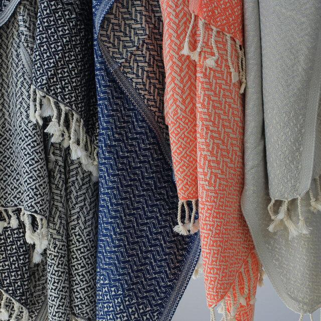 手織りのふっくらとした感触、織りの模様の美しさ、薄手で速乾性も高いのが特徴。