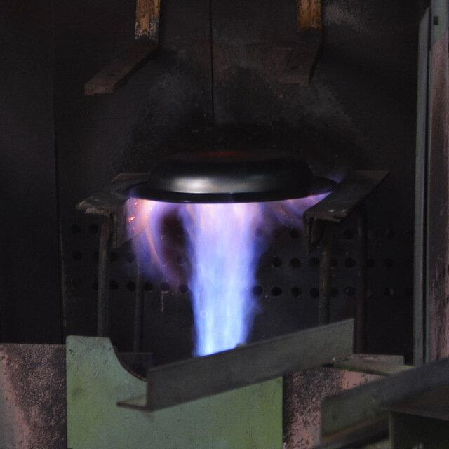 大阪の小さな町工場藤田金属株式会社と、東京の小さなデザイン事務所TENTが一緒に試行錯誤を繰り返し、ようやくたどり着きました。