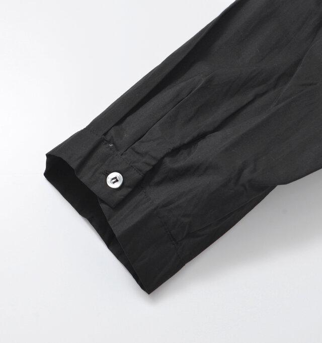 袖口には立体的な小さなボタンがさり気なく。光の当たり具合によってやさしい光沢を放ちます。