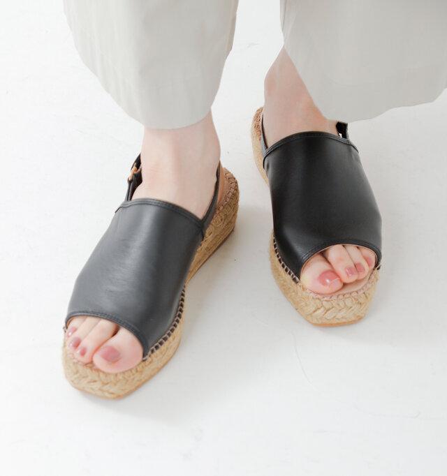 アッパーにはソフトな牛革のスムースレザーを使用。キメの細かい滑らかな革質で足を優しく包み込みます。