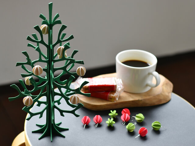 こちらは、クリスマスツリーにぴったりなオーナメントとして製作されたもので、取り付けるとより愛らしい印象に、思わずにっこり微笑んでしまいそう。