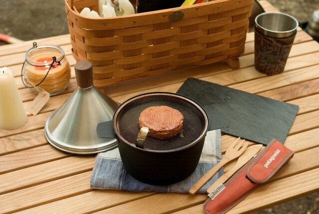 鍋底にチップ(ウッド)を入れたチップ皿を置き、その上に食材をのせた網をセットします。