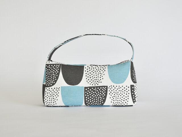 ちょっとそこまで、なんてときに便利な小さめバッグです。生地のチョイスによっては、きちんと感も出るので、きれいめの服装に合わせるのも素敵。