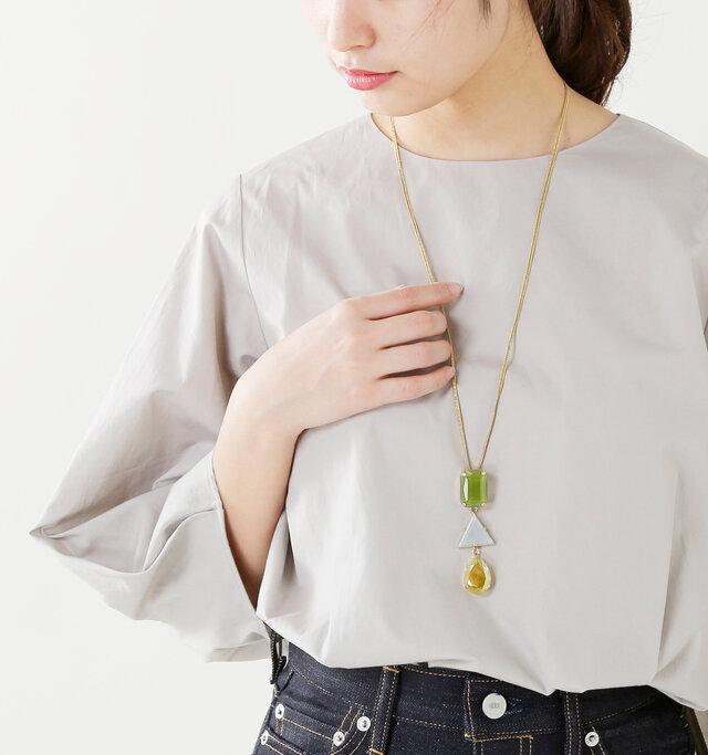 長いコードに大ぶりな3連モチーフのトップが印象的なネックレス。襟のある服の上からでもあわせられます。