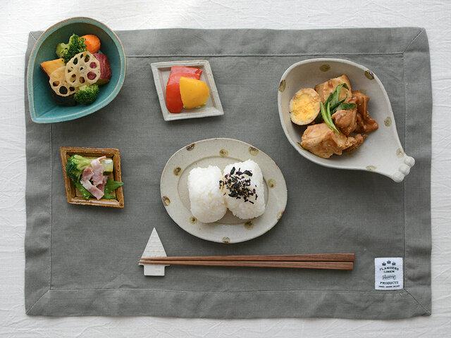 水島圭子さんの器、大集合。カッコいいのに、どこか温かみを感じる食卓になります。